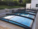 Pool med smart poolskydd som skyddar barn, djur och skräp från vattnet